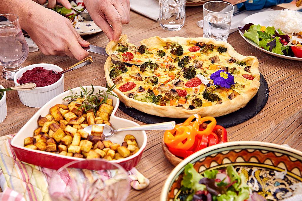 對大部份素食者來說,選擇植物性飲食是為了減少動物痛苦、減緩環境衝擊而做的決定。