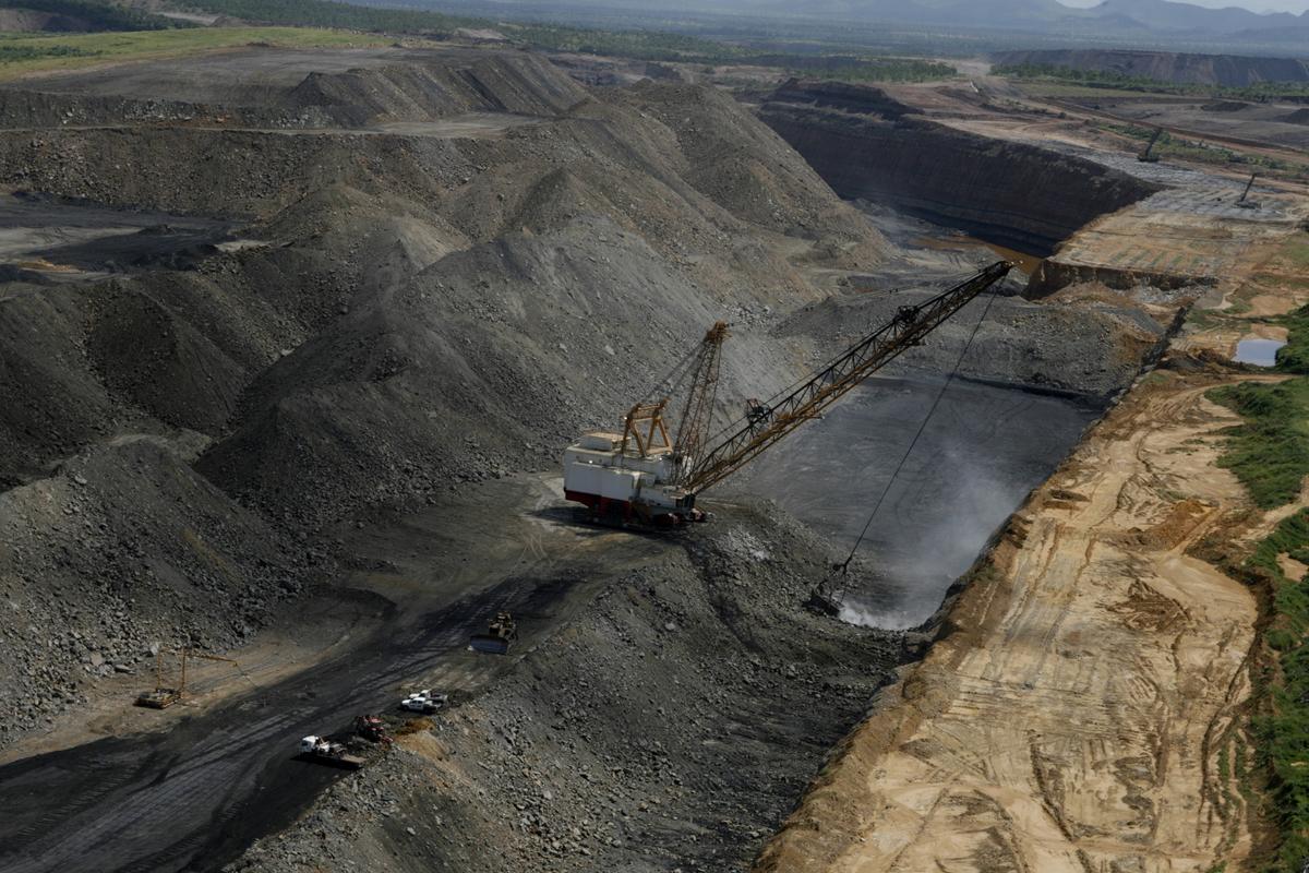 澳洲煤礦場,過分依賴化石燃煤不僅加劇氣候變遷,更破壞生態環境。