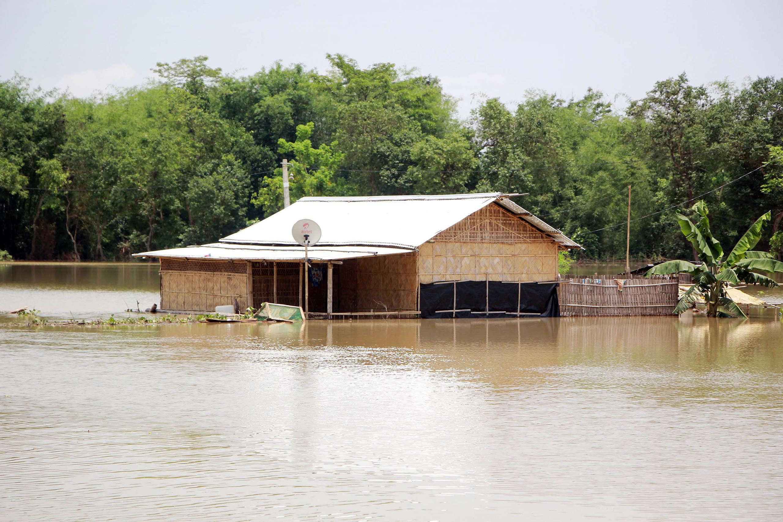2020年5月30日,印度阿薩姆州那岡縣(Nagaon)的民房被淹在水中。對印度東北方來說,淹水已是每年都會發生的現象,平均年年奪走數百條生命。