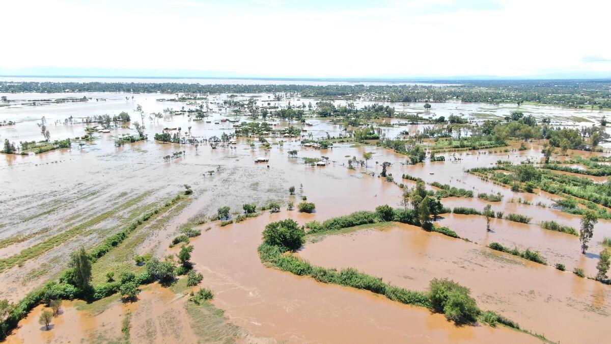 空拍肯亞浸泡在水中的村落和土地。