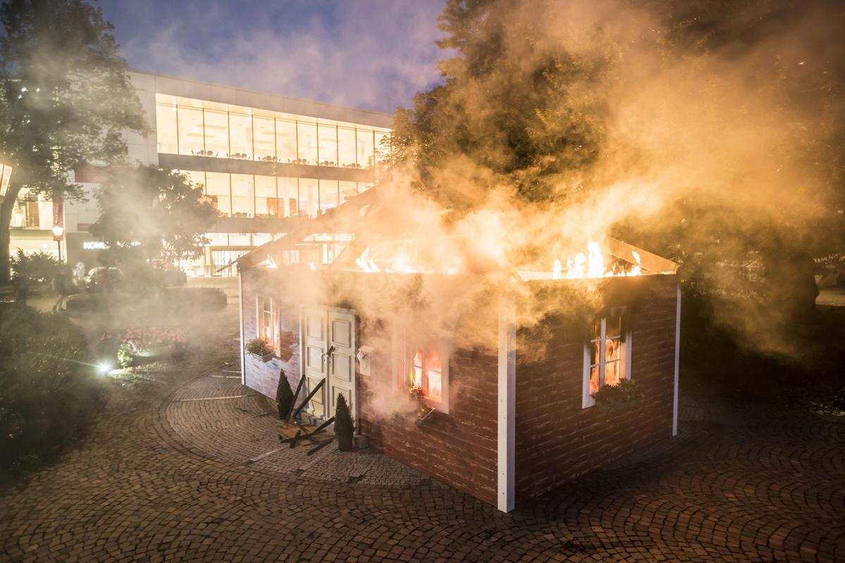 2019年10月,綠色和平在德國巴登巴登市(Baden-Baden)舉辦的一場再保險業關鍵會議外,進行非暴力行動,仿著火的房子象徵著進入氣候危機的地球。全球有超過一半的再保險市場,與為煤炭新開發案公司的保險有關。
