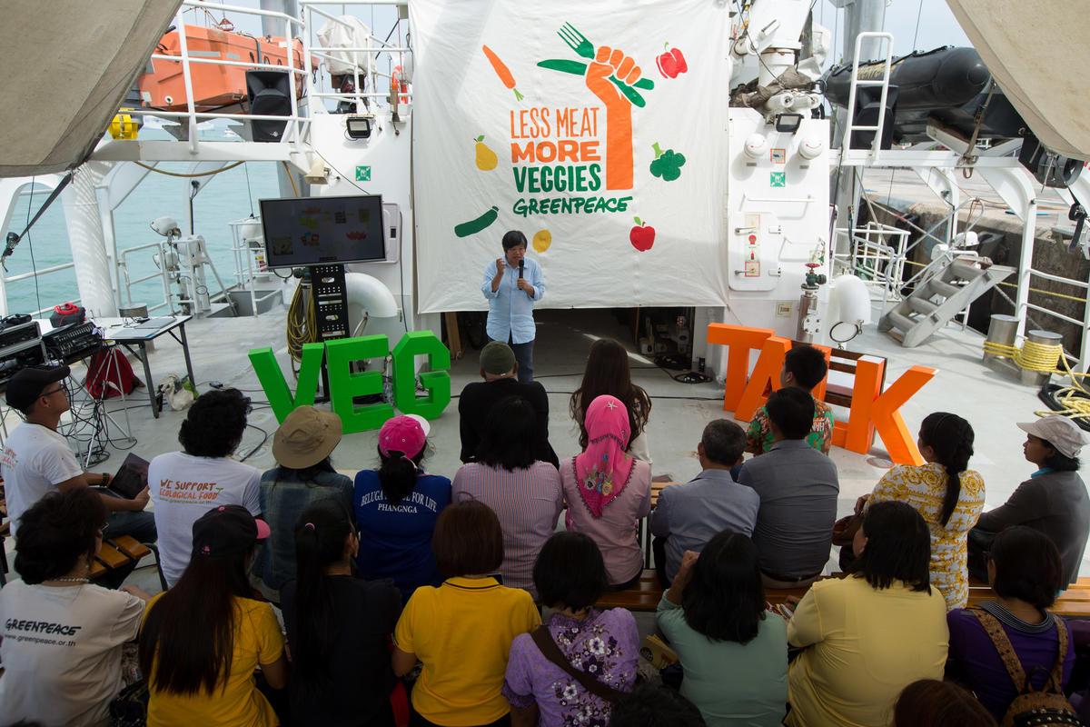 2018年,綠色和平船艦「彩虹勇士號」抵達泰國普吉島,舉辦少肉多蔬講座,由專家分享糧食系統失衡的現況,以及如何透過改變飲食,讓自身與地球更健康。