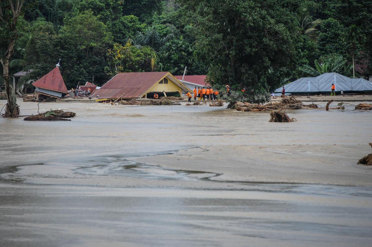 2020年7月15日,搜救隊於印尼南蘇拉威西省的Radda村,尋找因洪水氾濫受困於屋內的居民。估計共有32人因水患罹難,16人失蹤,1,590居民受災。