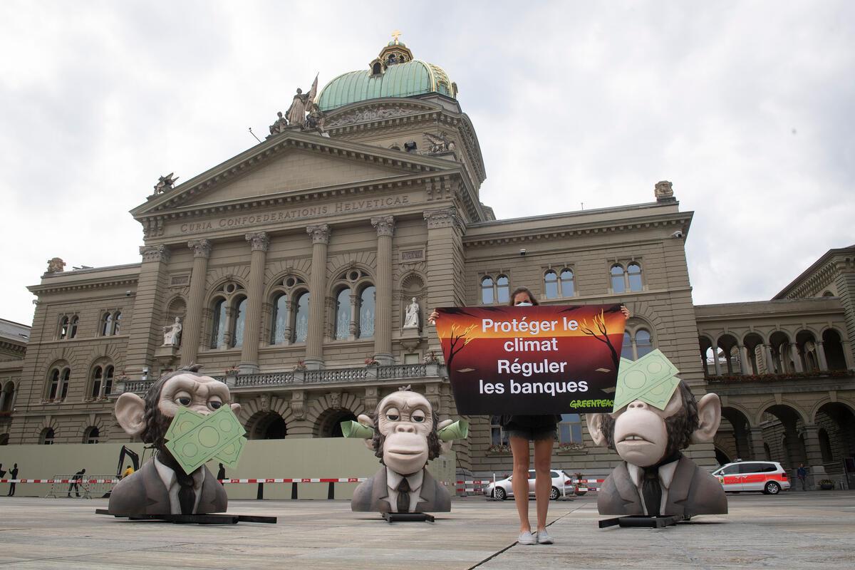2020年7月,綠色和平於瑞士聯邦廣場外,進行倡議行動,斥瑞士金融業監管機構針對氣候危機毫無作為。