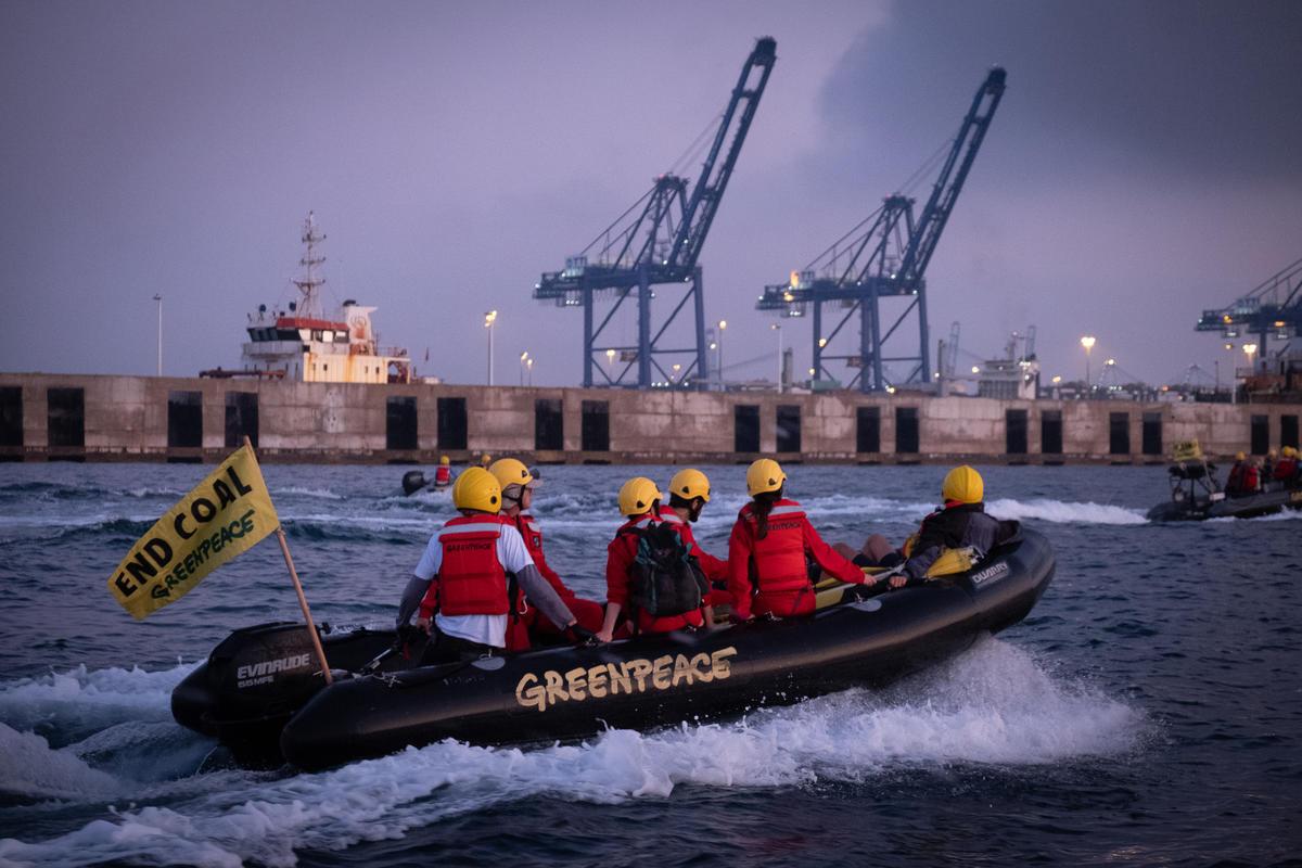 2019年7月,綠色和平西班牙行動者前往Los Barrios燃煤電廠,將30公尺長,印有「氣候變遷工廠」(Fabrica de cambio climatico)的布條掛在電廠港口,要求拯救氣候,應將化石燃料長埋地底下。