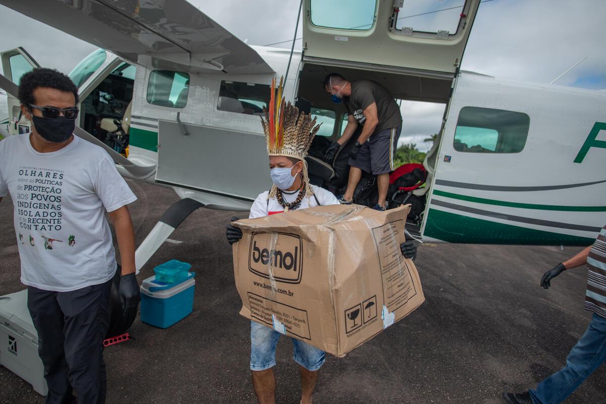 綠色和平與巴西在地團體「亞馬遜在地行動」(Operação Amazônia Nativa)合作,捐贈並運送物資至偏遠地區的原住民聚落,提供醫療口罩、布口罩、醫療手套、溫度計、血氧機、肥皂、乾洗手液和捕魚用具。