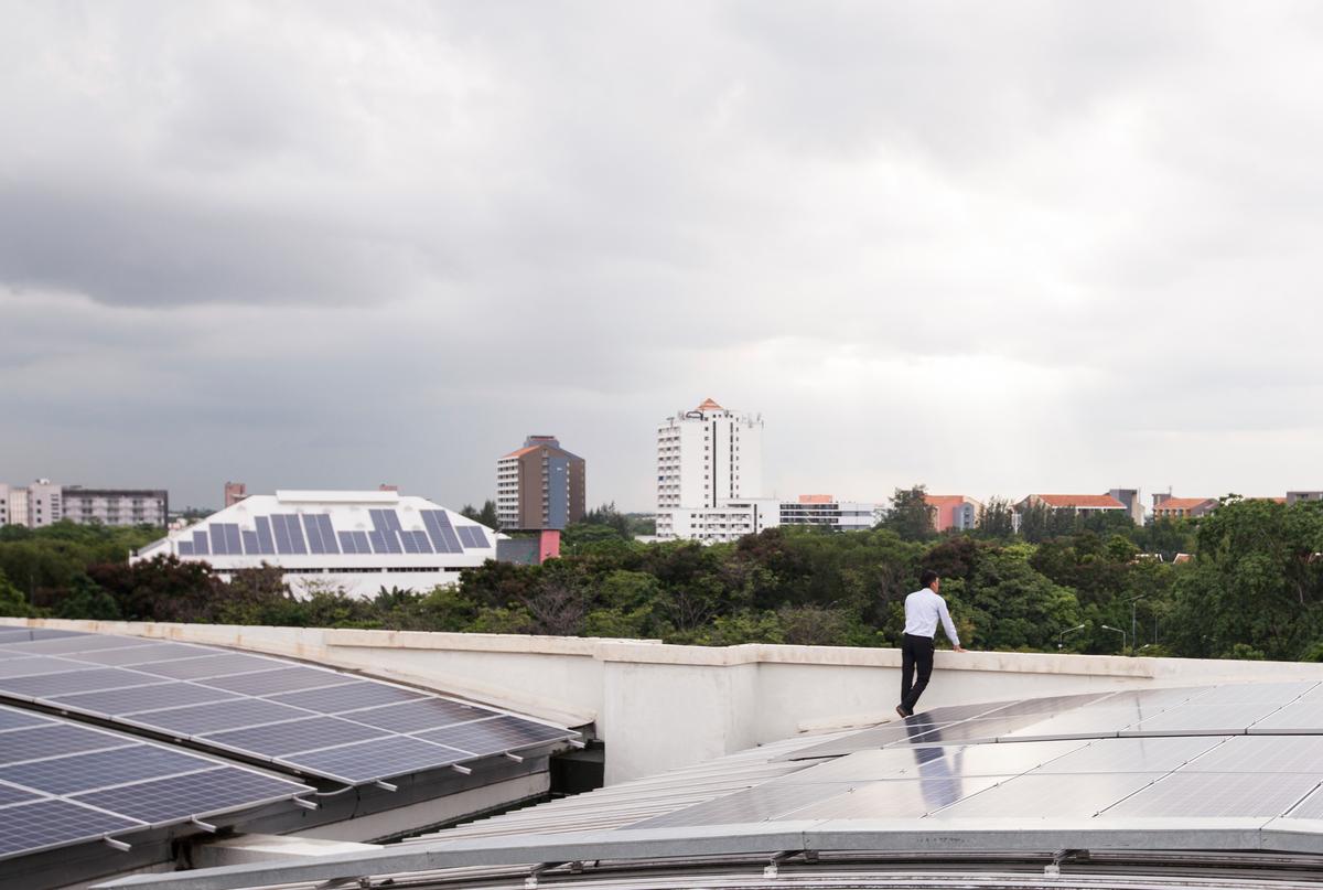 泰國曼谷的法政大學校區裝置屋頂型太陽光電板,期待未來許多家戶都能以太陽能發電,減碳又省錢。