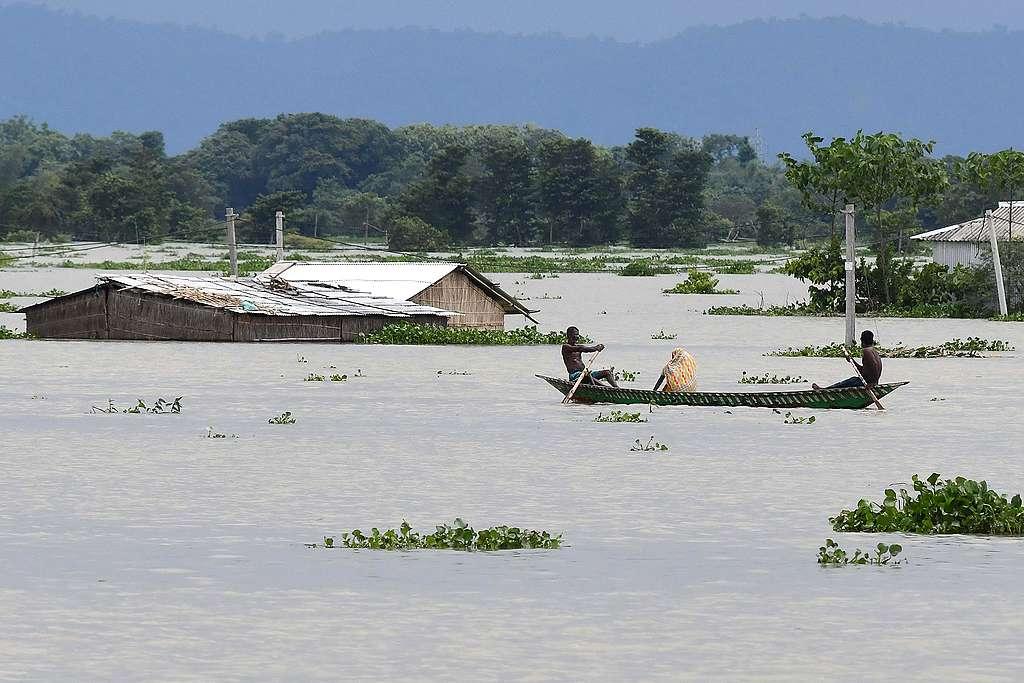 2020年7月14日,印度阿薩姆州莫里岡縣(Morigaon)的Gagalmari村莊,受到嚴重水患,由於水位過高,村民出門只能靠划船。