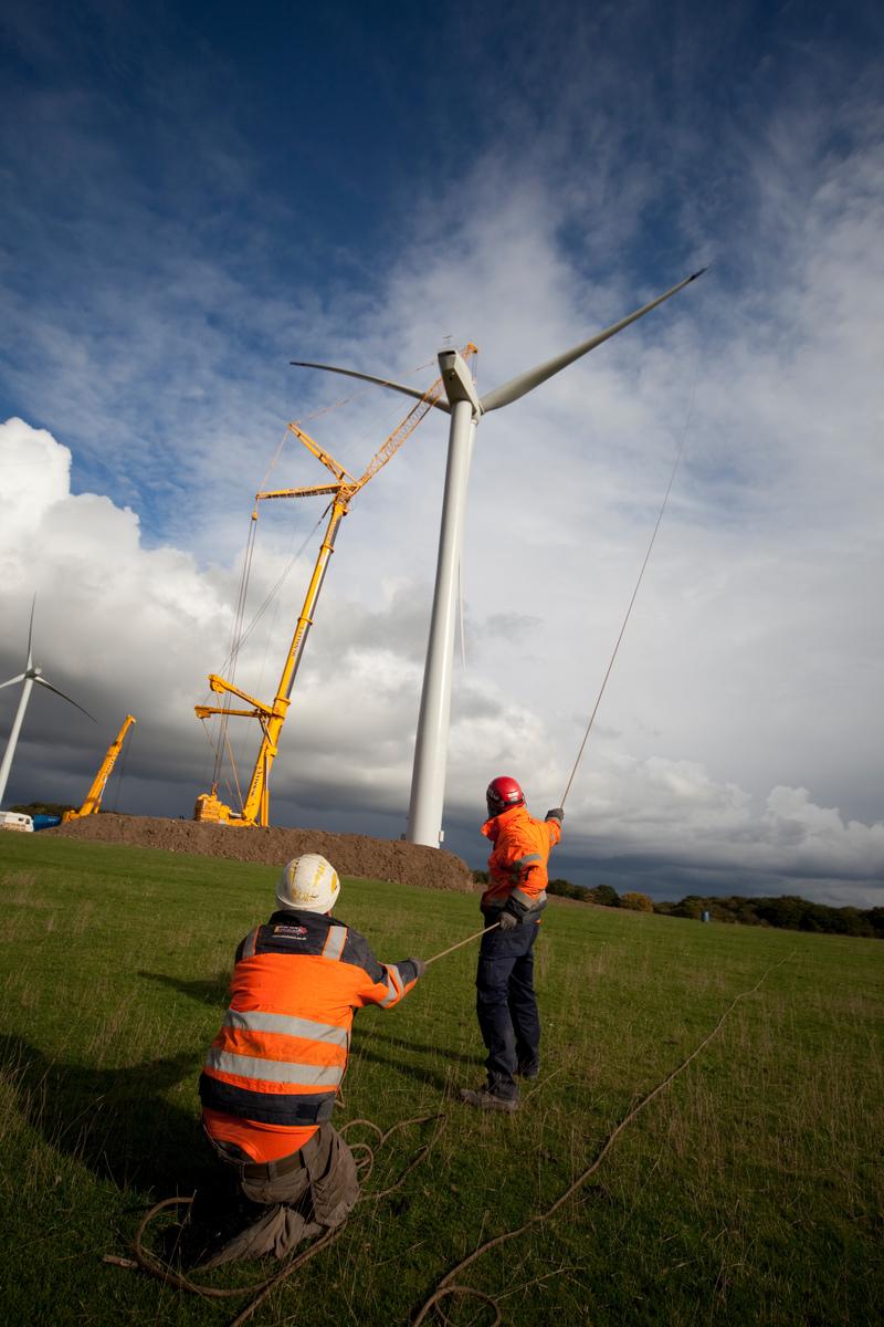 英國風能電場的工程人員,電場中共有十座風電機。
