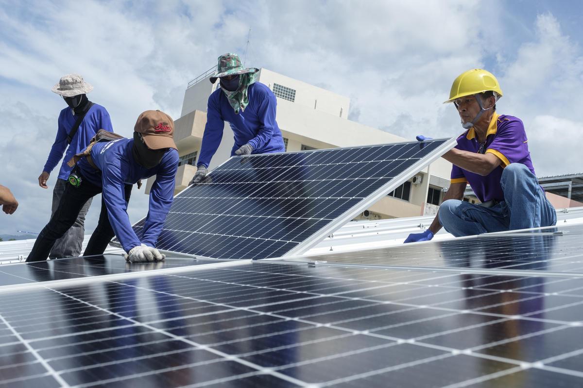 泰國安裝太陽能電板的工程人員,綠色和平的「太陽能改革計畫」已為泰國7間醫院建置太陽能系統。
