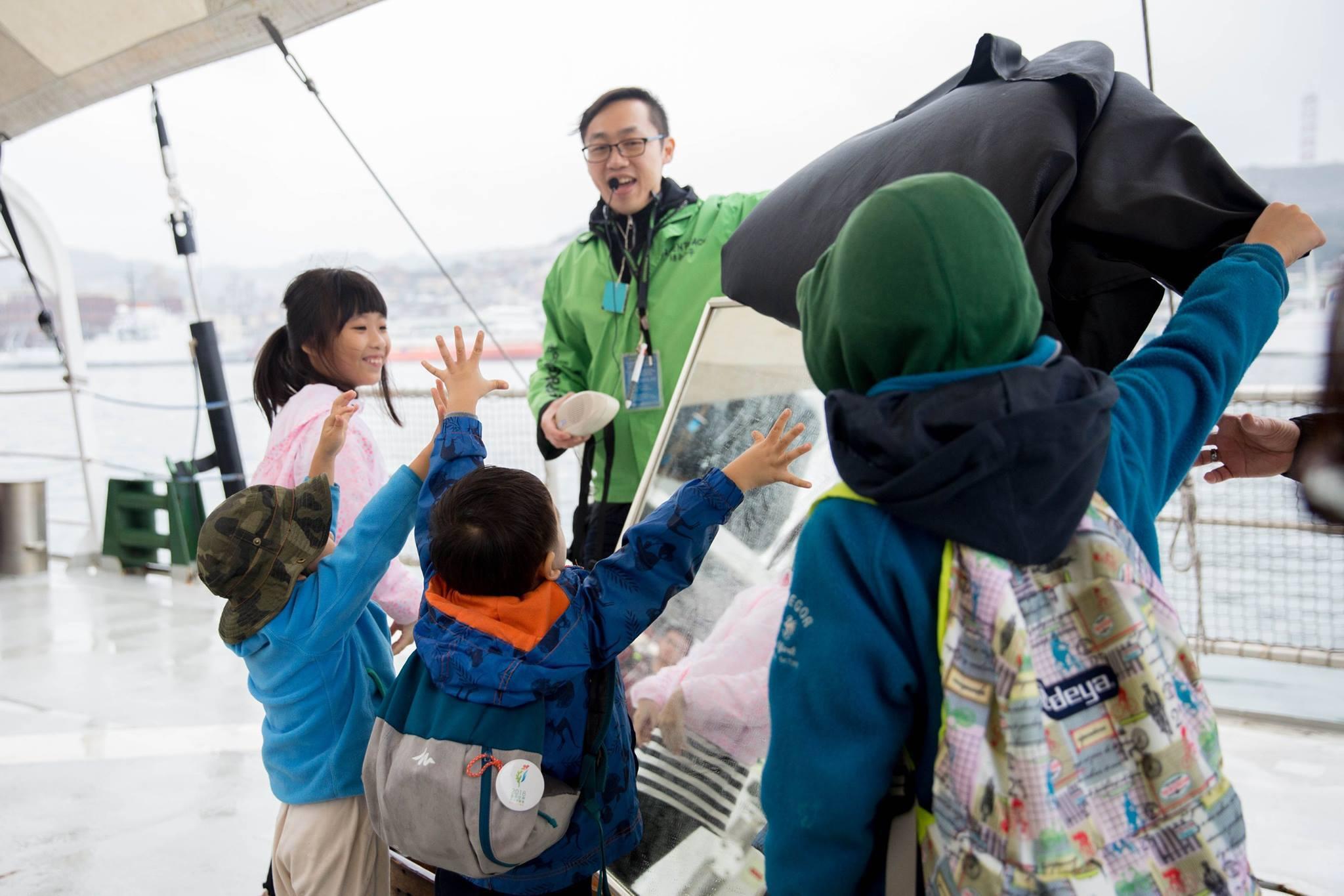 綠色和平船艦彩虹勇士號來臺期間,開放民眾上船參觀、了解海洋垃圾專案,潘定澤為孩子們解說塑膠垃圾問題。