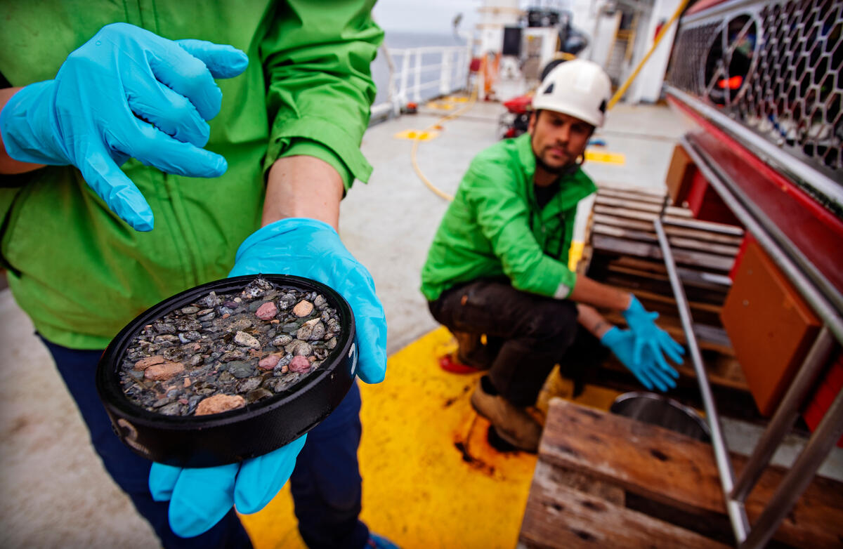 綠色和平船艦「希望號」於北海廢棄油井口附近,採集海水樣本,研究員將化驗沉積物是否含有污染物質。