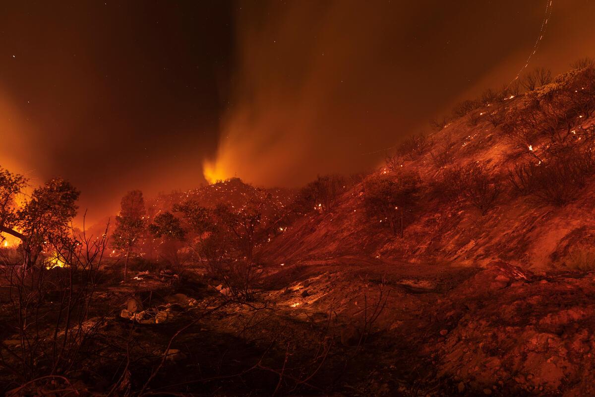2020年8月20日,美國加洲的休斯湖附近的叢林和森林被大火吞噬,幾小時內就焚燒了至少1萬英畝的土地,數棟建築遭毀壞。