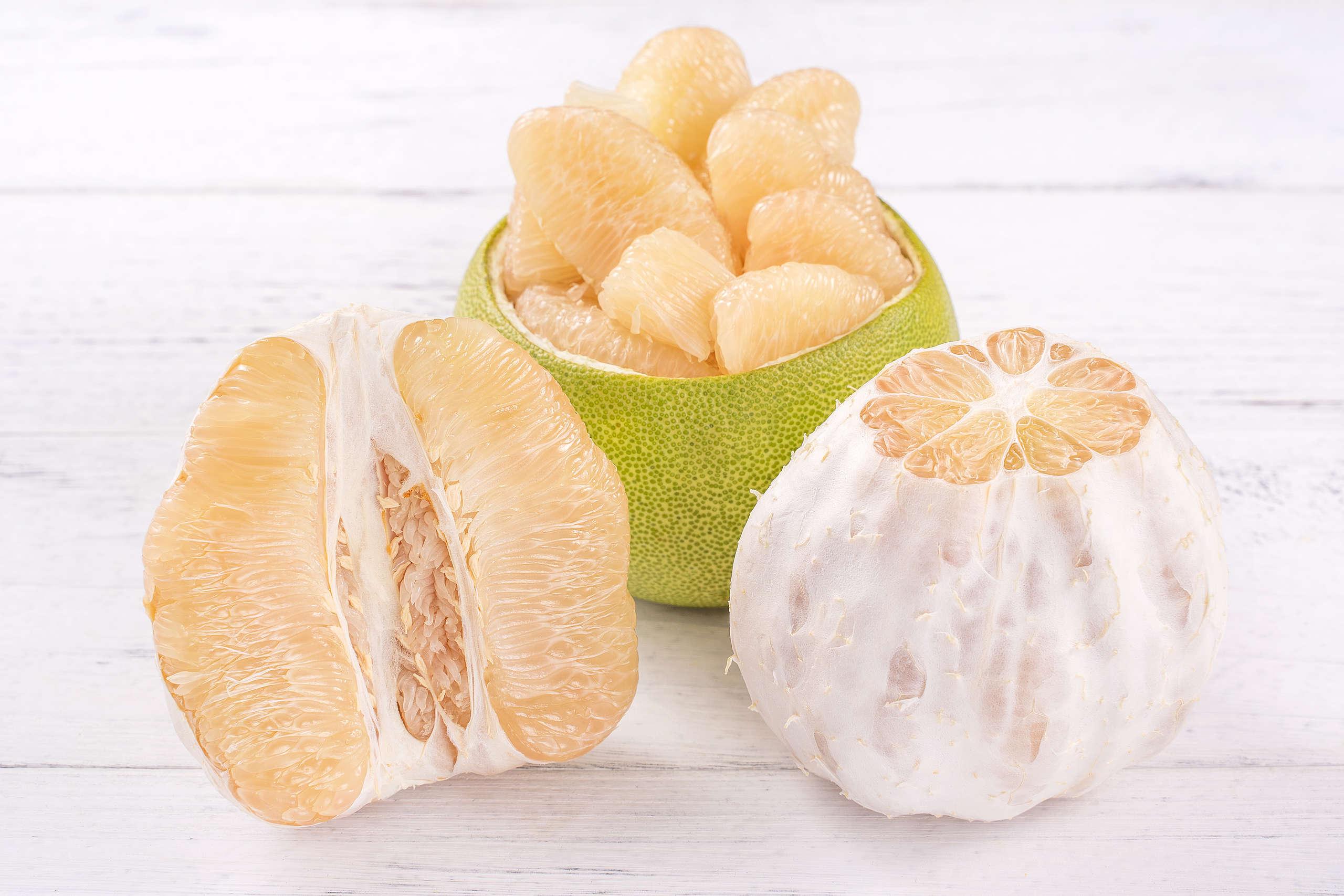 吃完的柚子皮別急著當成廚餘丟棄,可以再利用,製成天然清潔劑或驅蚊劑。