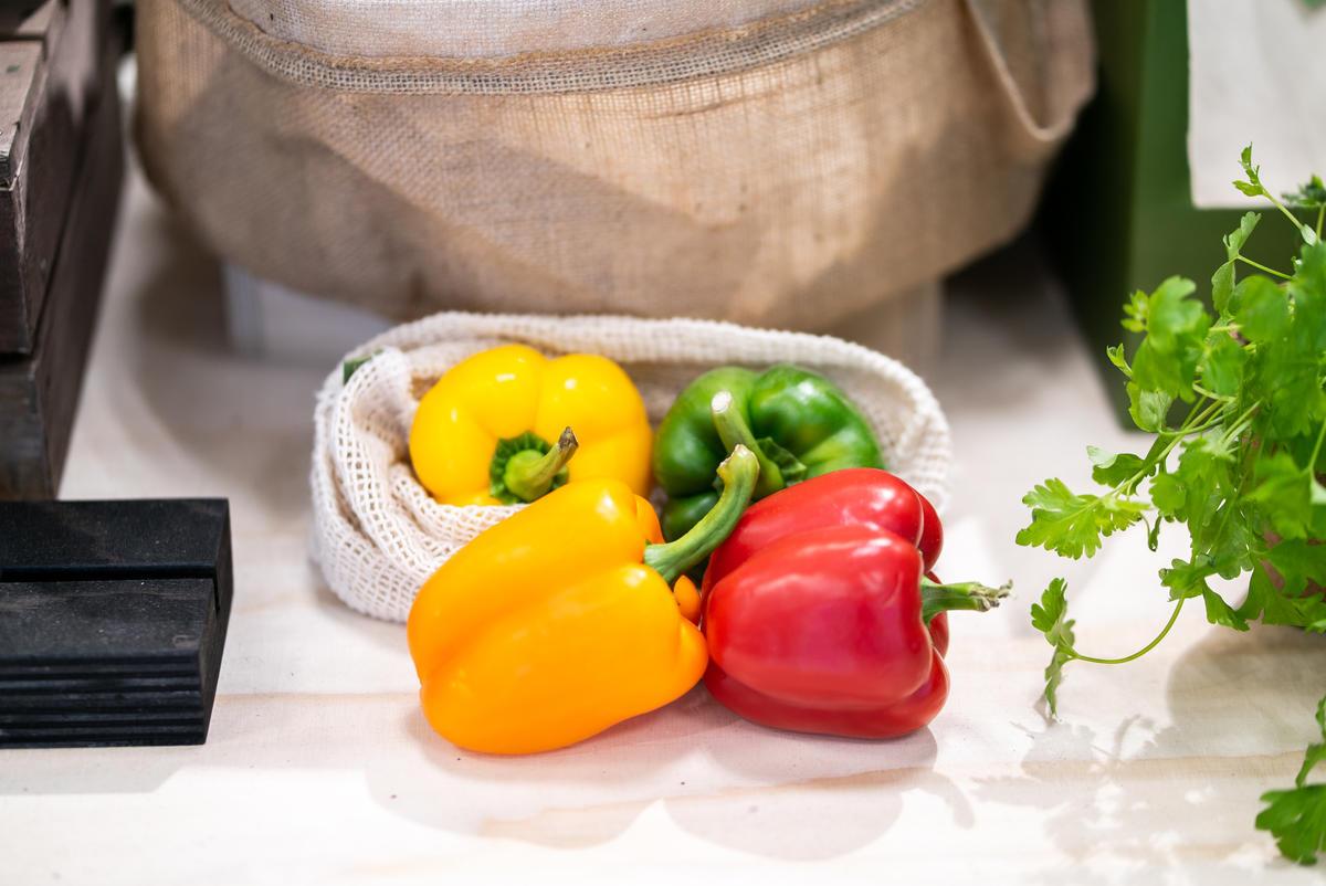 購買食材時,盡量選擇在地、當季的產品,並且自備購物袋及容器,除了能夠減塑,更能減少碳足跡。