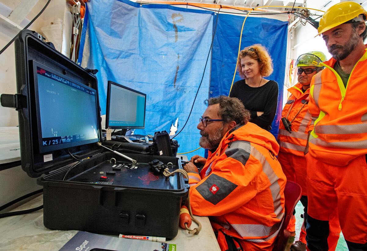 綠色和平科學家與德國辦公室海洋專案主任Sandra Schoettner,於船艦「希望號」偵測與調查北海的甲烷噴發狀況。