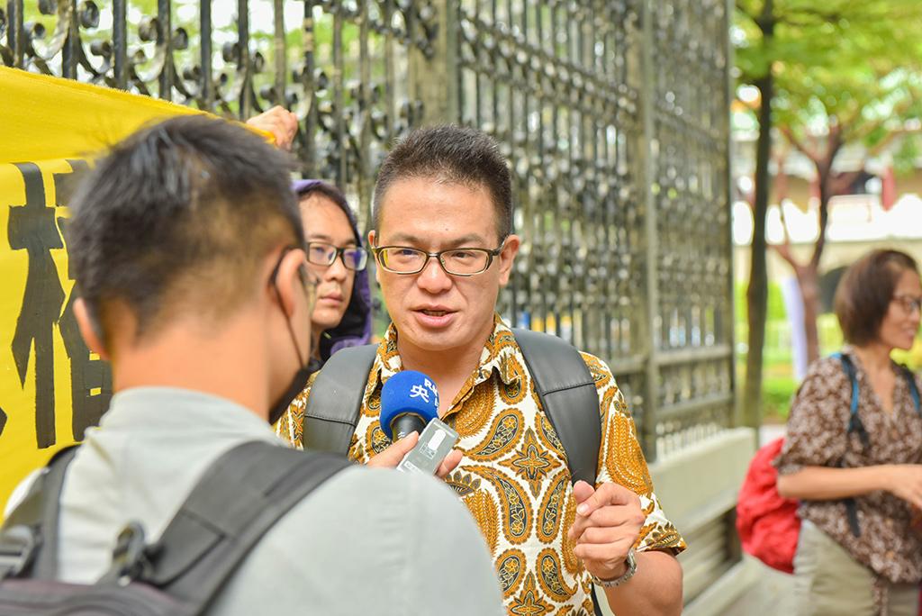 「外籍漁工人權保障聯盟」中的桃園市群眾服務協會庇護中心主任汪英達受訪