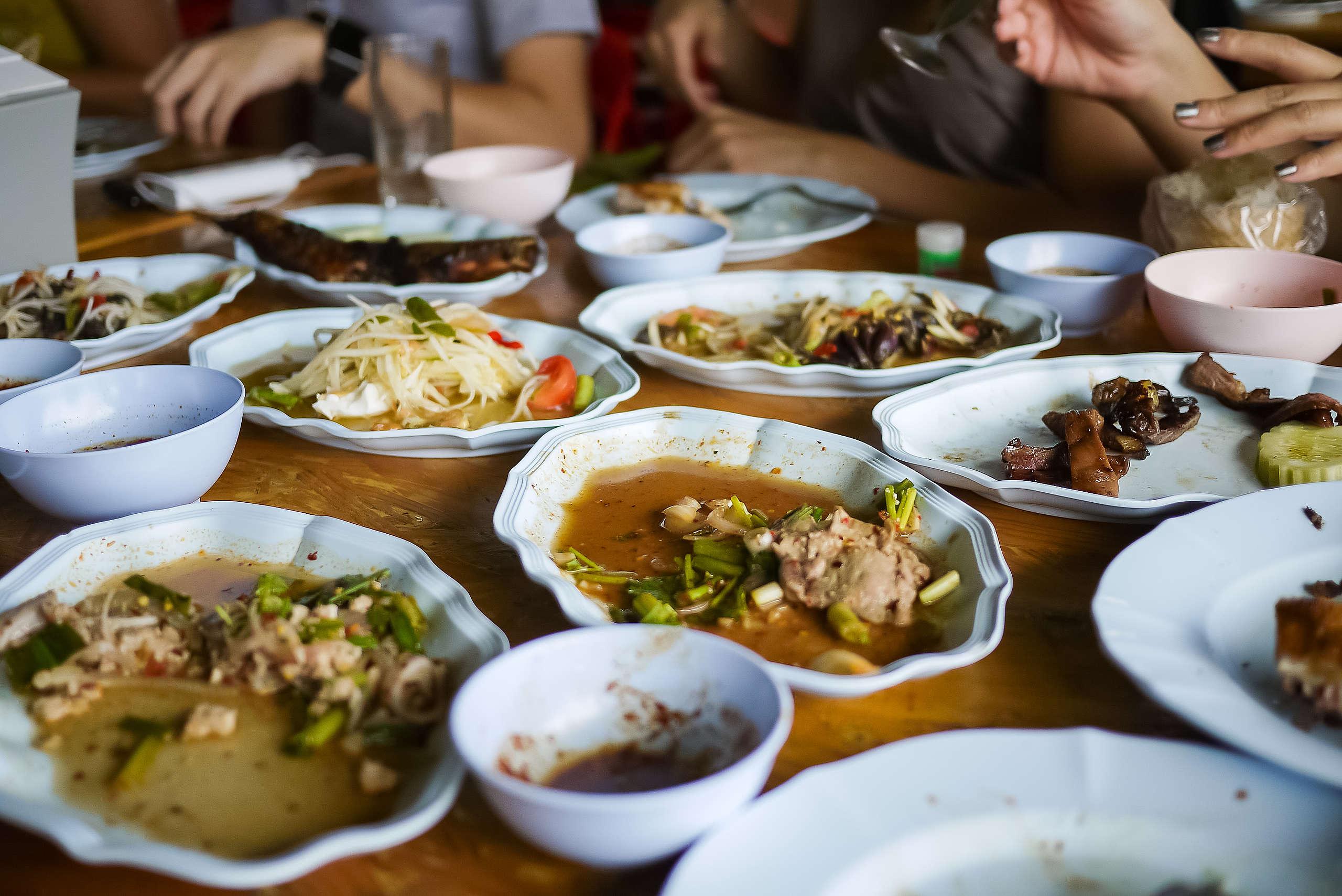 全世界每年約有 13 億噸食物被丟棄或浪費,其中逾 5 成的食物浪費集中在餐廳及消費者端。