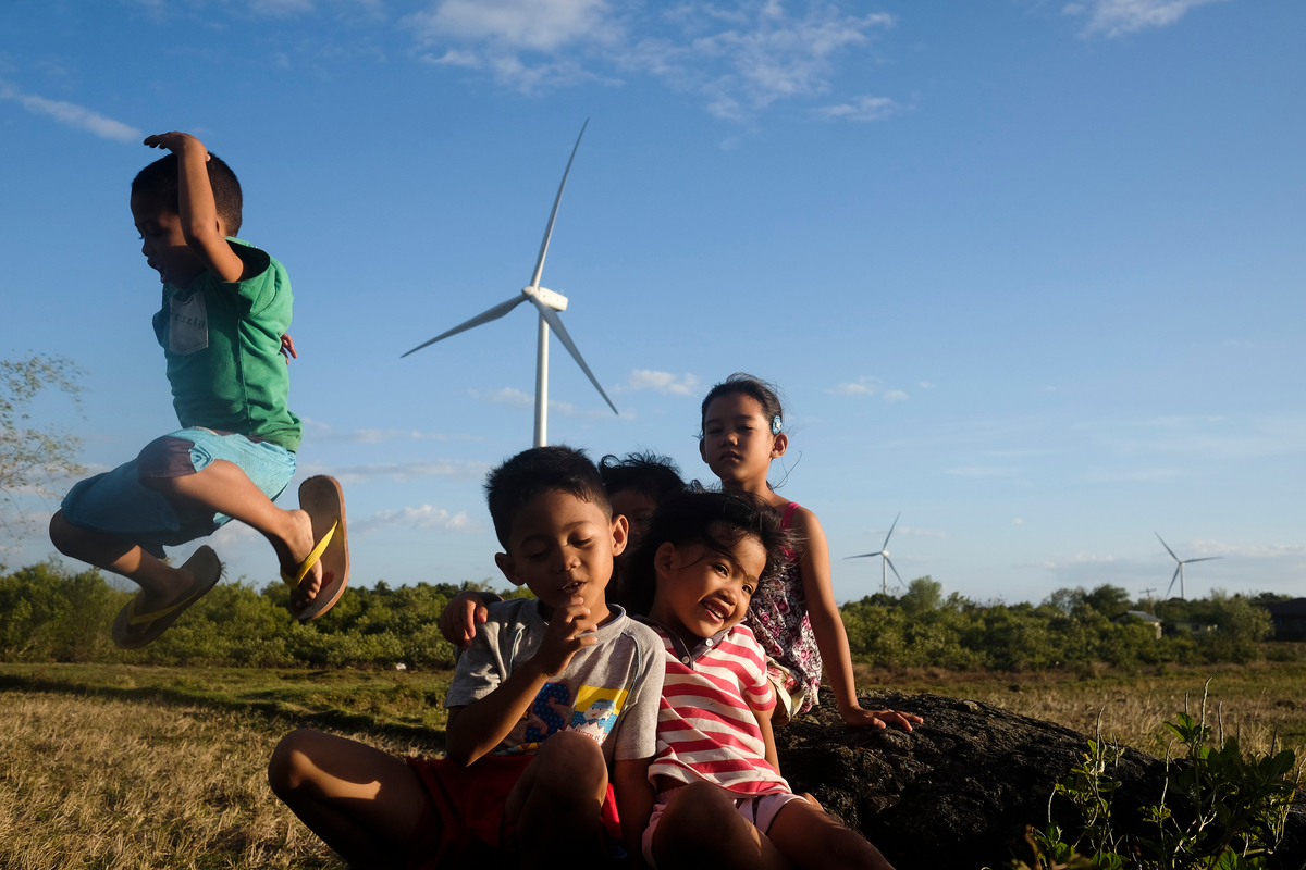 Children at Wind Farm in Guimaras, Philippines. © Veejay Villafranca / Greenpeace