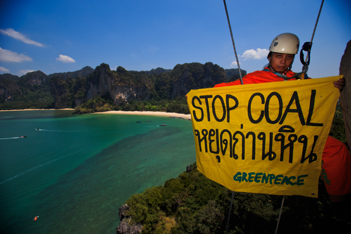Banner in a Cliff in Railay Beach in Thailand. © Athit Perawongmetha / Greenpeace