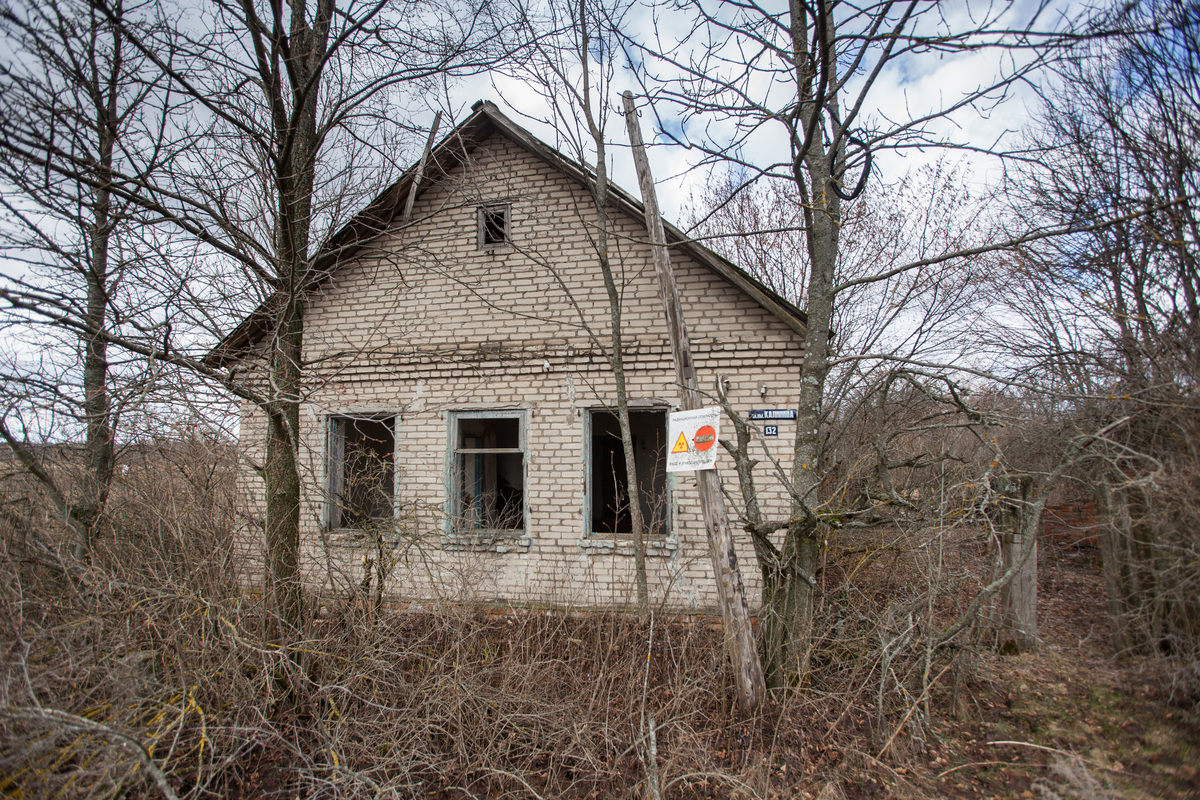 Abandoned House inside the Exclusion Zone in Belarus. © Liza  Udilova / Greenpeace