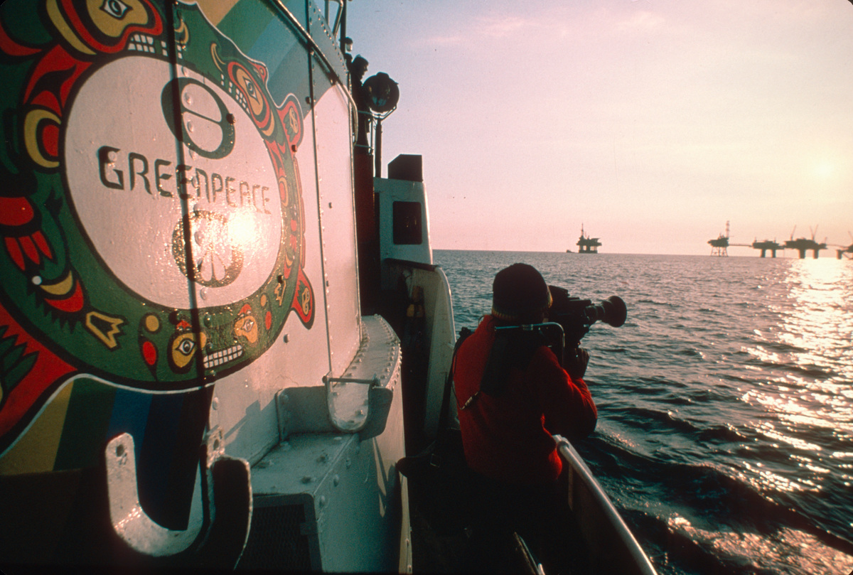 Tony Marriner taking Footage of Oil Rigs. © Greenpeace / Jean Paul Ferrero