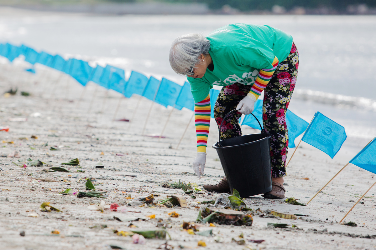 Beach Clean-up by Volunteers in Thailand. © Chanklang  Kanthong / Greenpeace