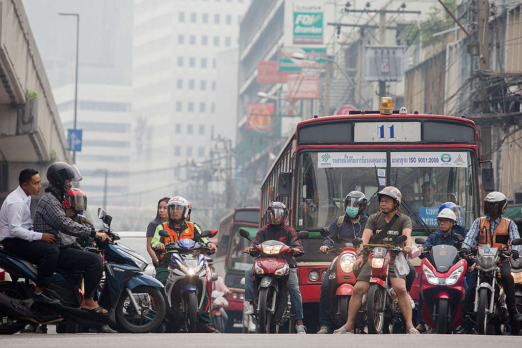 Traffic causing Air Pollution in Bangkok. © Chanklang Kanthong / Greenpeace