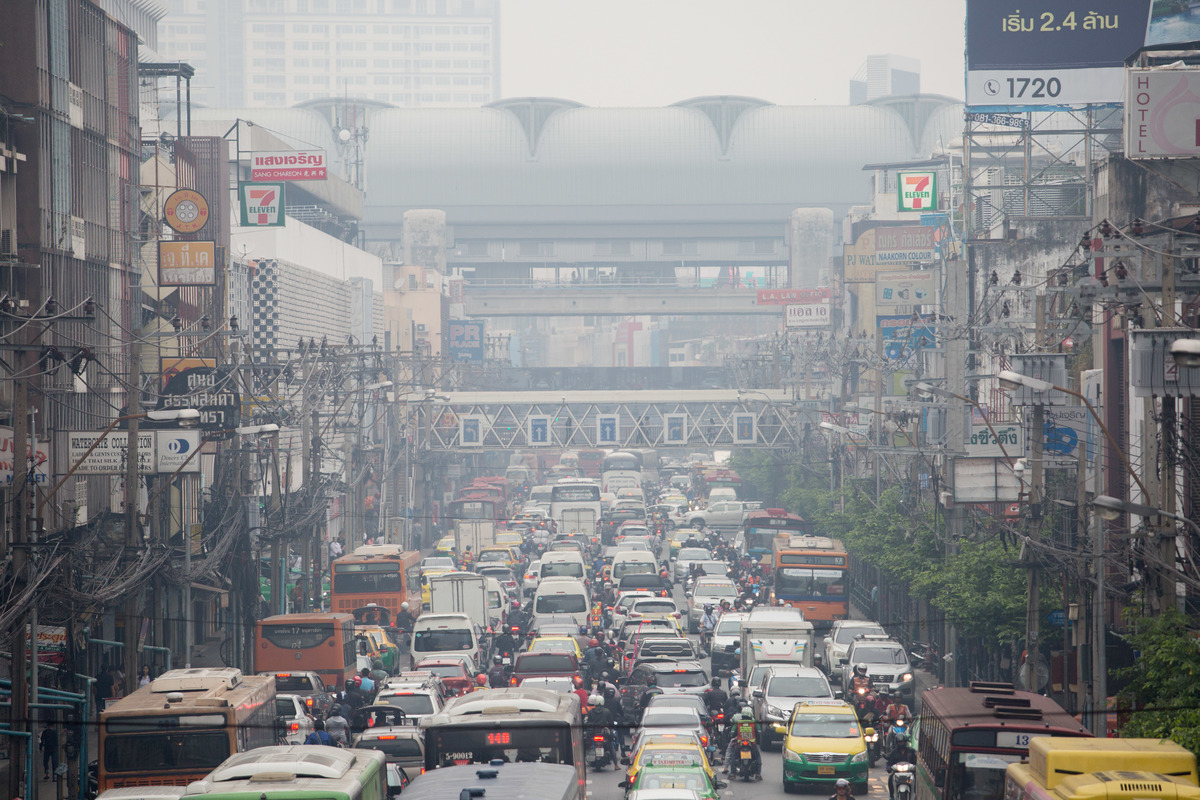 Traffic causing Air Pollution in Bangkok. © Chanklang  Kanthong / Greenpeace