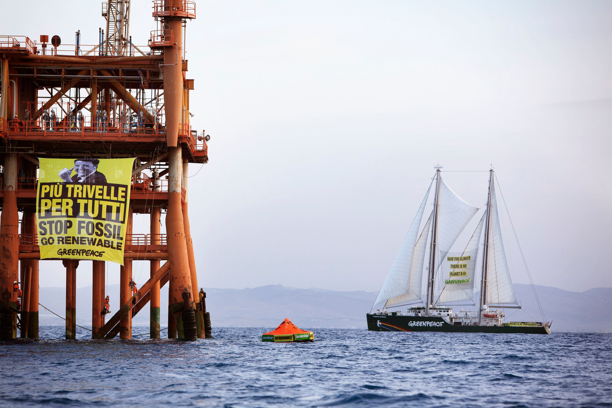 Action at the Prezioso Oil Rig in Italy. © Francesco Alesi / Greenpeace