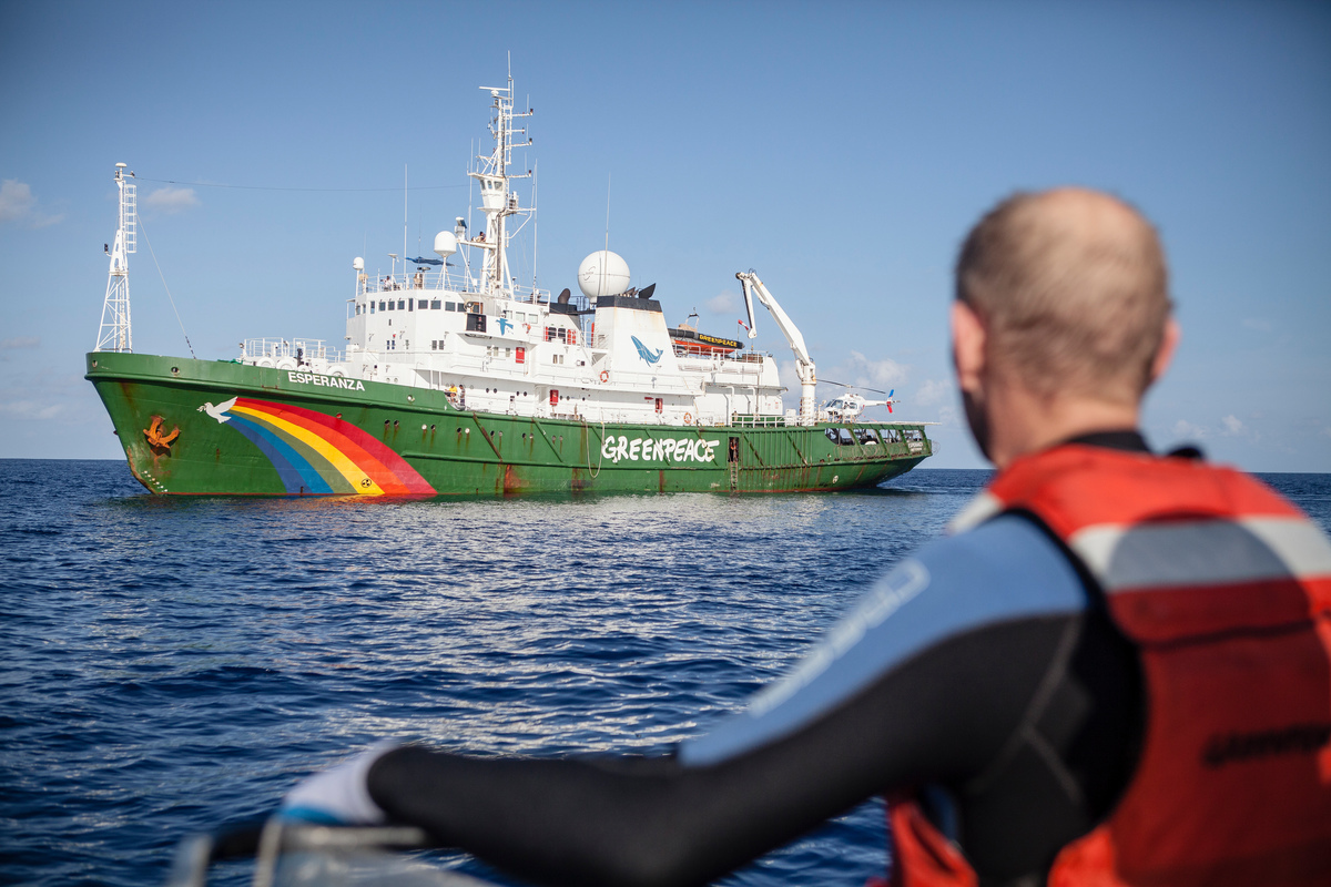 FAD recovery team. © Will Rose / Greenpeace
