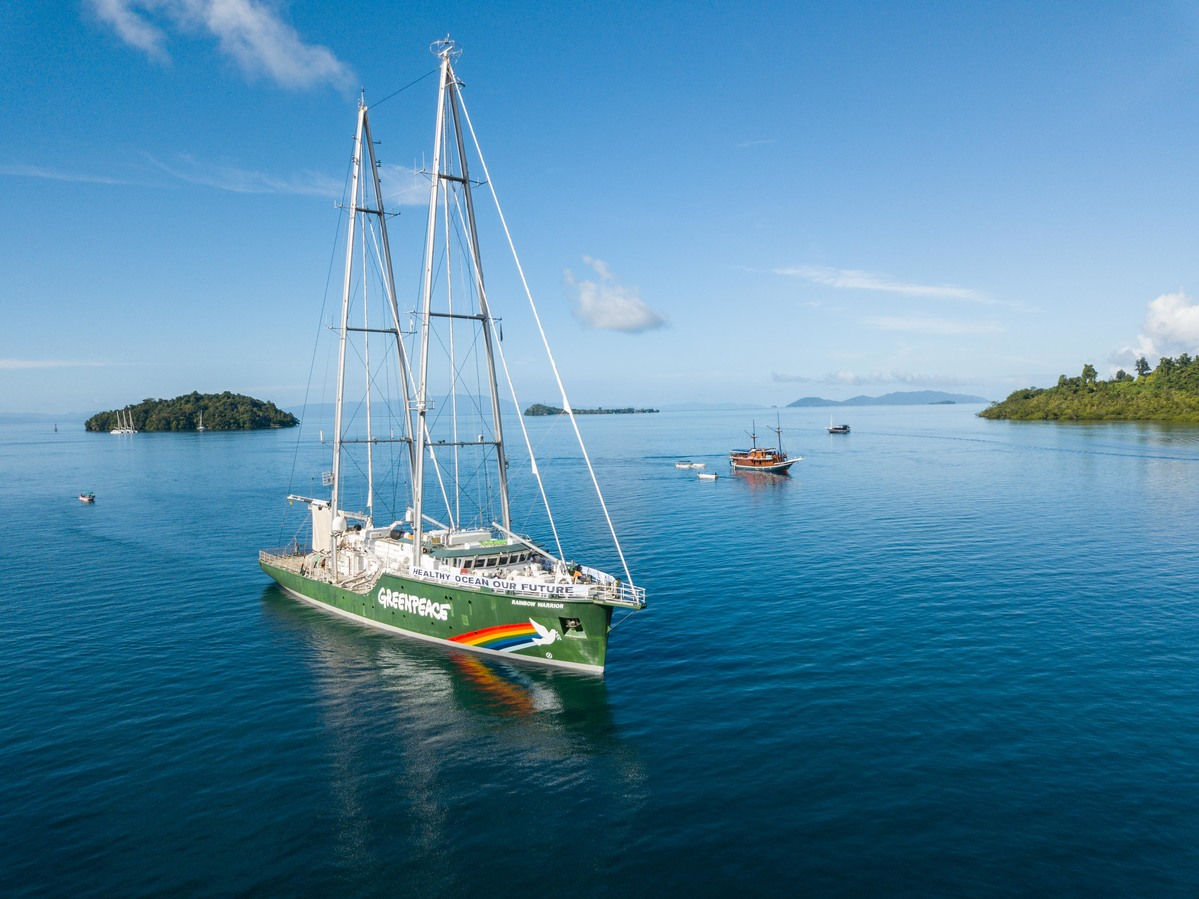 Rainbow Warrior in Raja Ampat, West Papua. © Rivan Hanggarai / Greenpeace