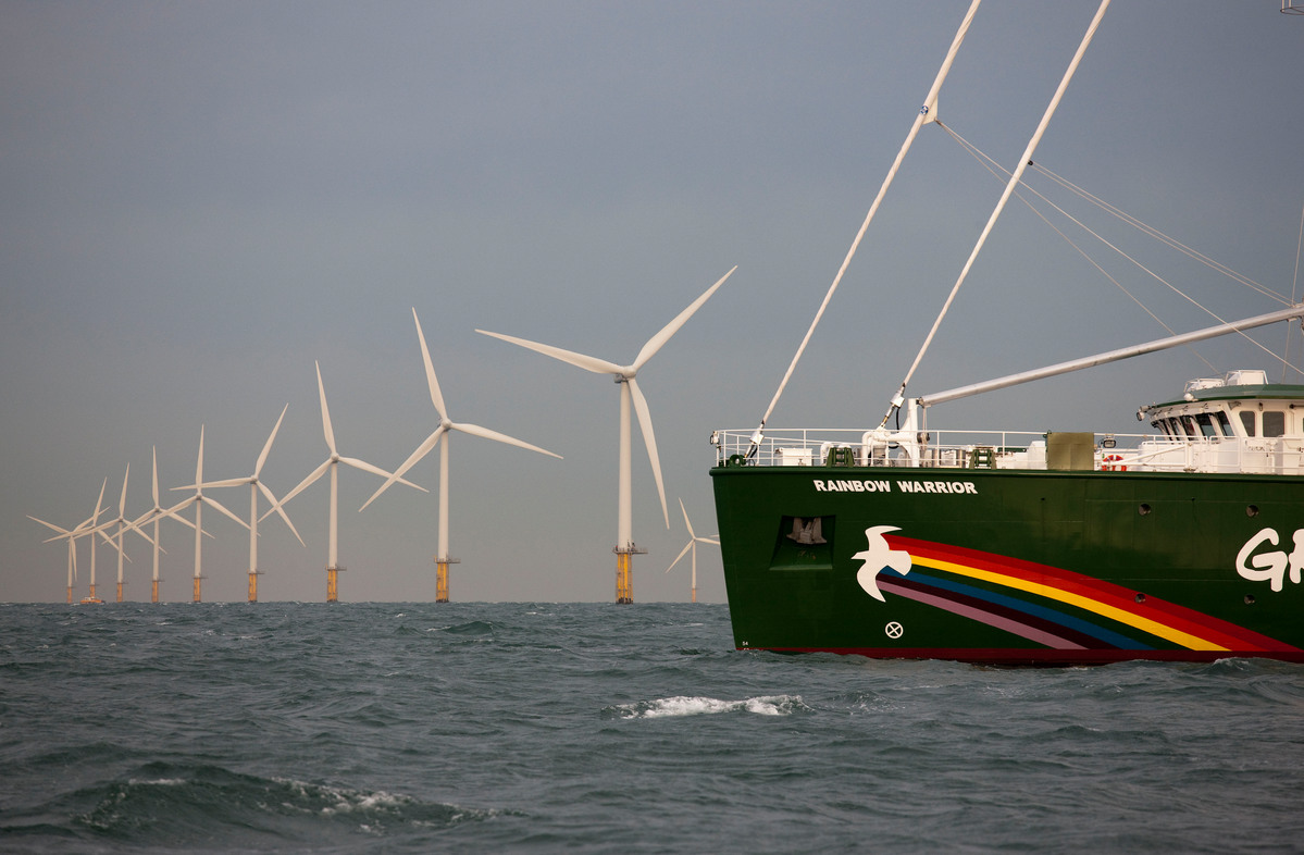 Rainbow Warrior Passes Amalia Wind Farm. © Bas Beentjes / Greenpeace