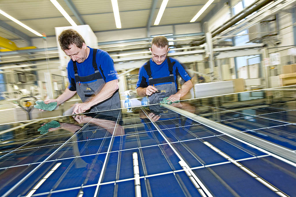 Solarworld Photovoltaic factory in Freiberg. © Paul Langrock / Zenit / Greenpeace
