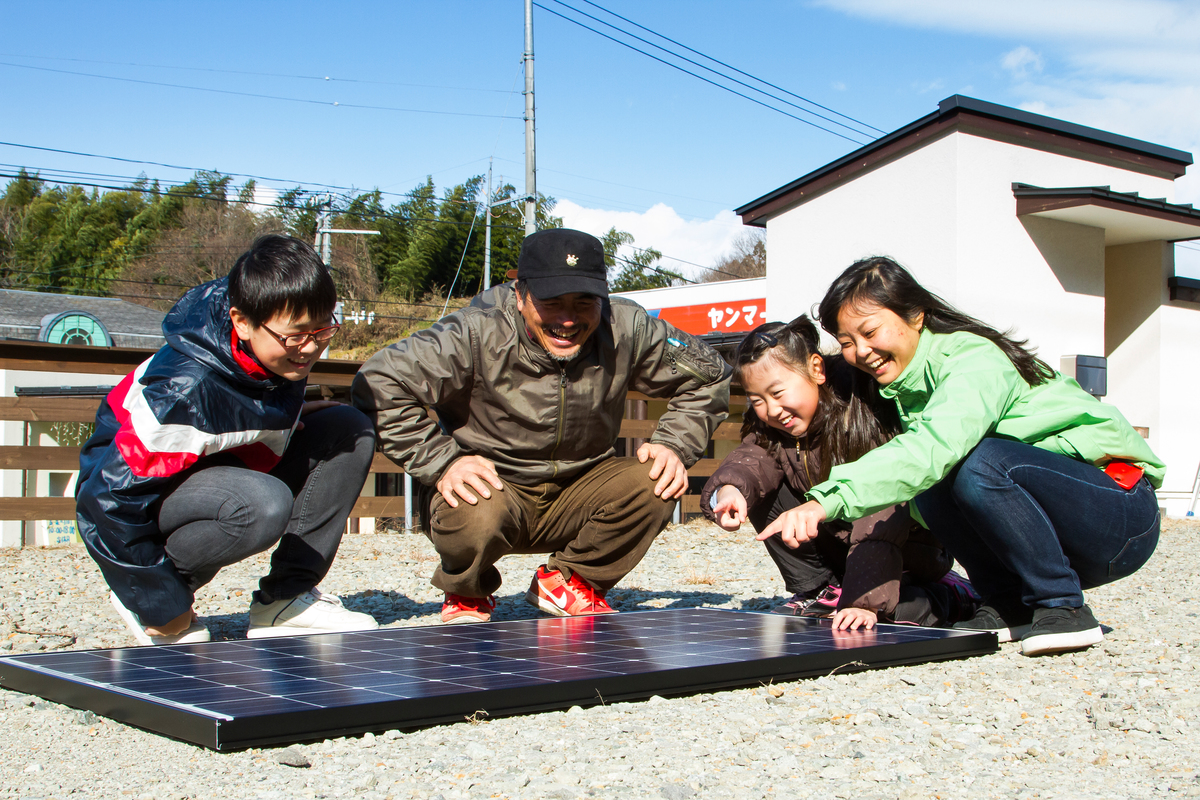 Photovoltaic Installation on Shop Roof in Japan. © Takashi Hiramatsu / Greenpeace