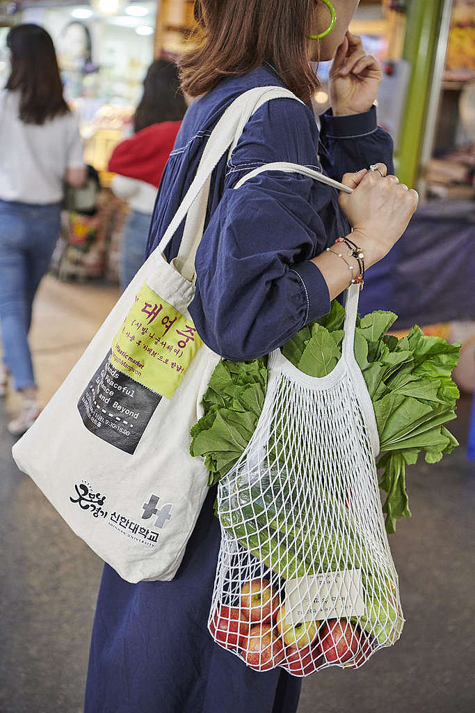 Plastic-Free Shopping Practices in Mangwon market, Seoul. © Jung-geun Park / Greenpeace