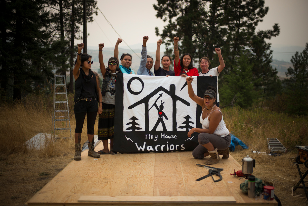 Indigenous Community Builds Tiny House in Pipeline's Path in Canada. © Ian Willms / Greenpeace