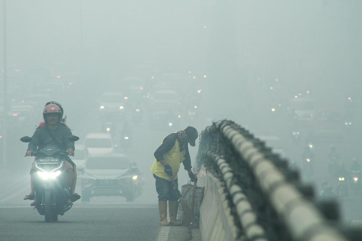 Haze in Palembang, South Sumatra. © Muhammad Tohir / Greenpeace