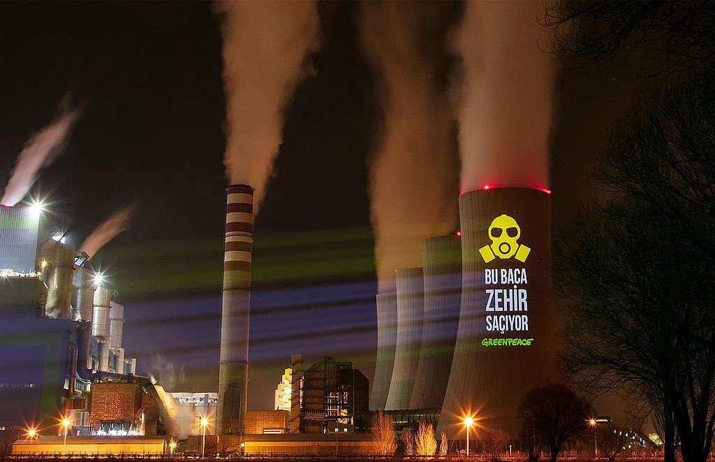 Projection onto Coal Power Plant in Turkey. © Caner Ozkan / Greenpeace