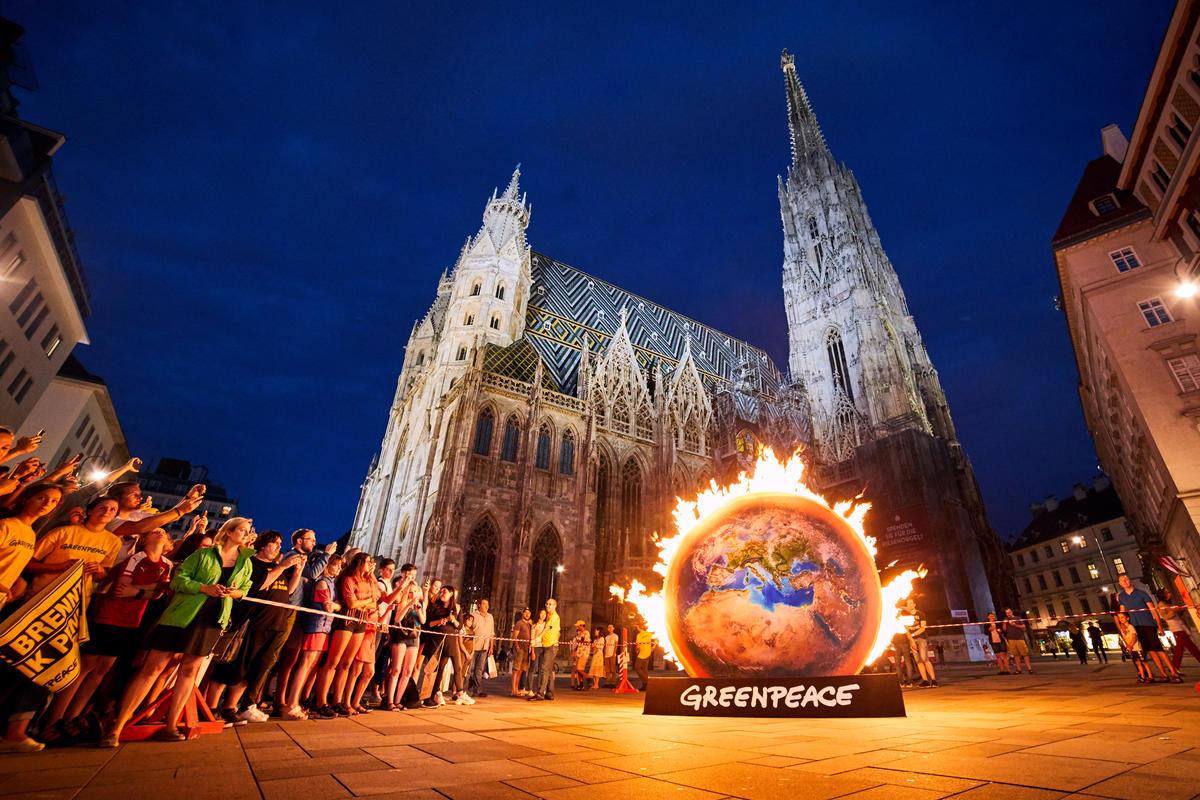 Burning Earth Action in Vienna. © Mitja  Kobal / Greenpeace