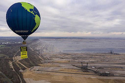 Hot Air Balloon Over Hambach Coal Mine. © Greenpeace