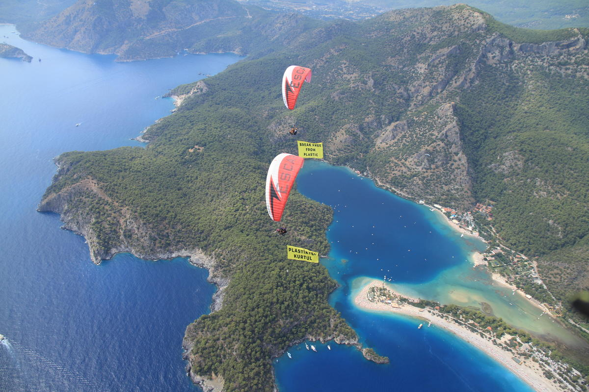 Paragliding Action against Plastics in Turkey. © Greenpeace / Özlem Çaliskan