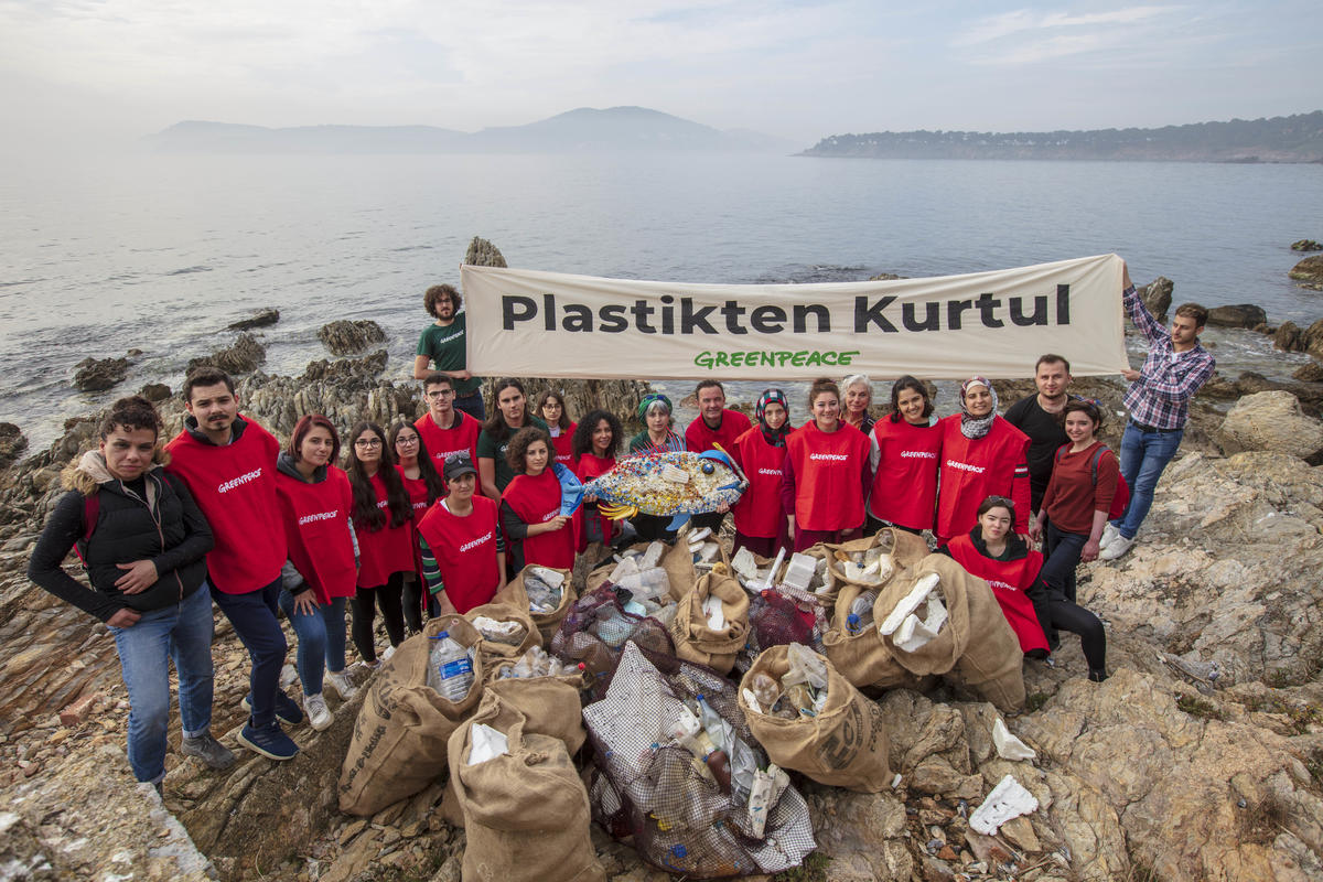 Büyükada Beach Clean-Up in Turkey. © Caner Ozkan / Greenpeace
