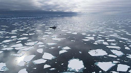 MY Arctic Sunrise in the Arctic. © Christian Åslund / Greenpeace