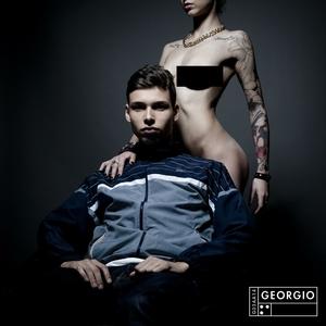 Le poing levé, les yeux bandés | Georgio