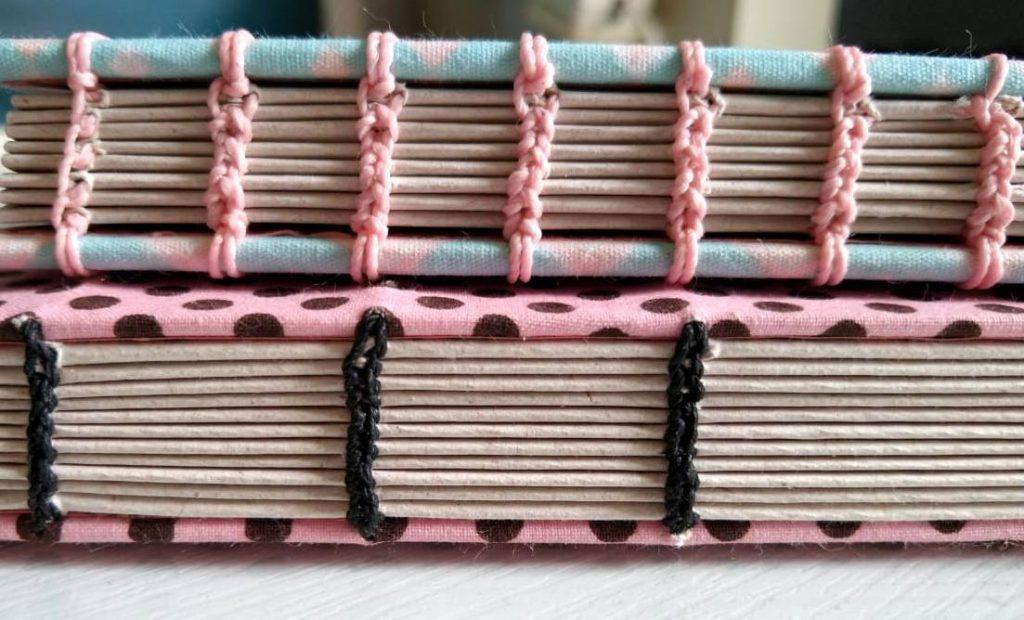 Cadernos com costura copta com uma agulha