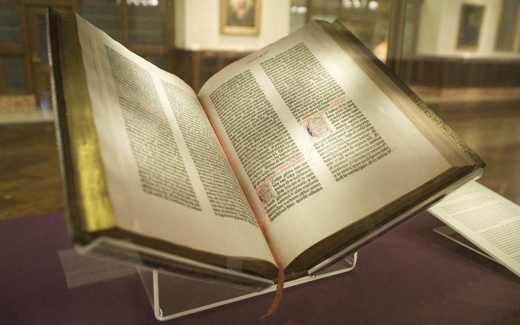 A bíblia de Gutenberg foi o primeiro livro impresso com a máquina impressora criada por Gutemberg.