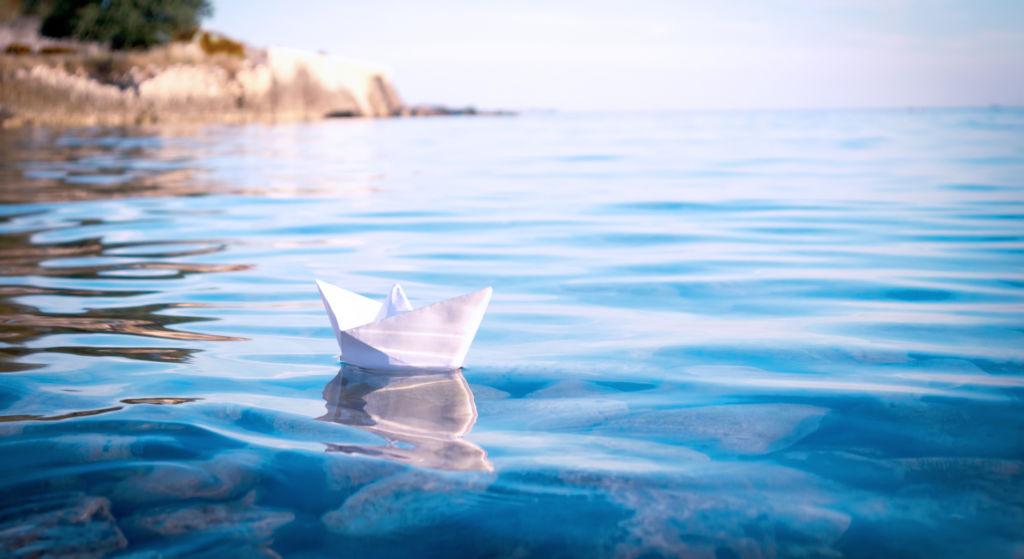 Paperivene kelluu vedessä