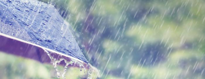 Lähikuva sateenvarjosta ja sateesta