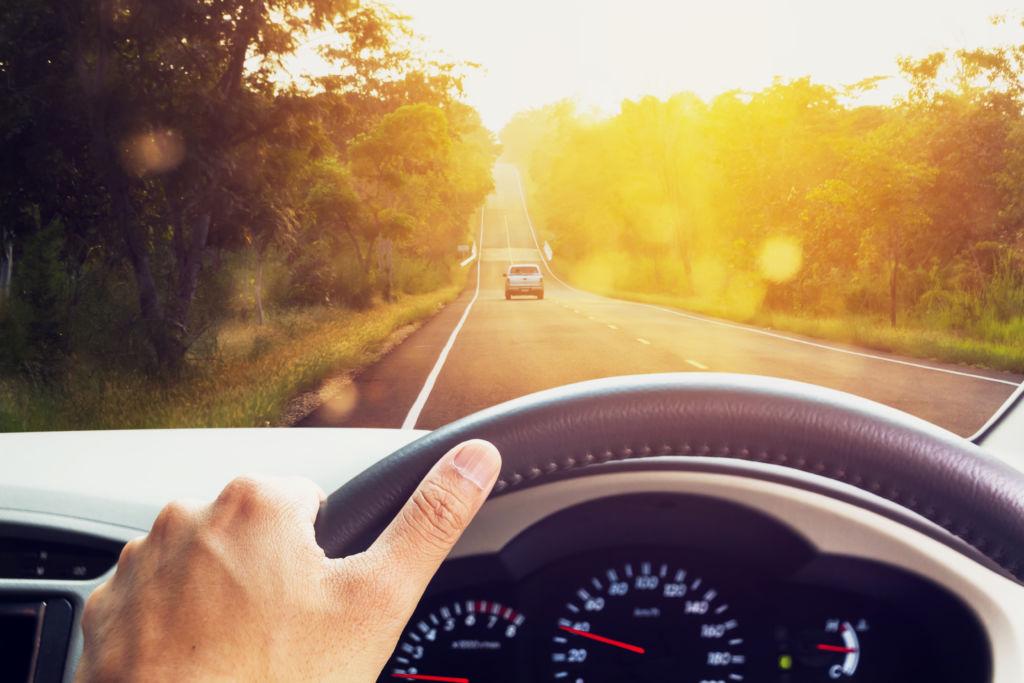 Auton mittaristo ja kuljettajan näkymä autotielle liikenteeseen